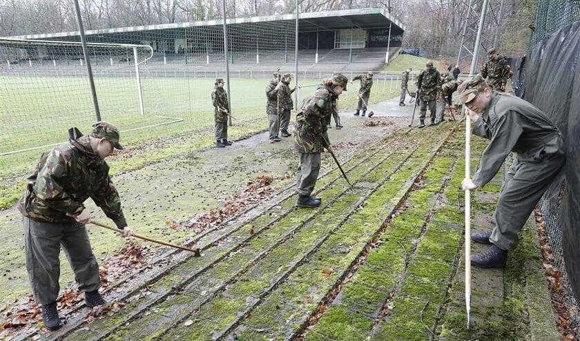 Bijna honderd marechaussees in opleiding staken in maart de handen uit de mouwen om Stadion de Wageningse Berg op te knappen.  (anp)