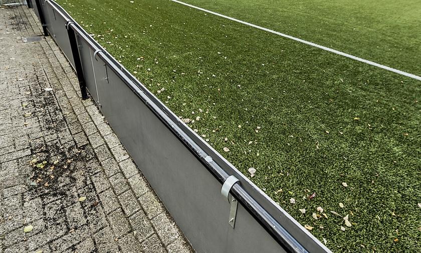 Kunstgrasveld op sportpark de Toekomst, het trainingscomplex van Ajax. De club laat vier velden vervangen vanwege de mogelijke gezondheidsrisico's. Rubberkorrels komen vooral aan de rand van het veld terecht.  (anp / Remko de Waal)