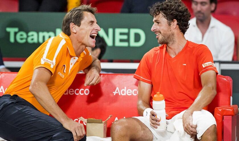Robin Haase (r.) met Davis Cup-coach Paul Haarhuis. De Nederlandse mannen beseffen dat ze dit weekend topdagen zullen moeten hebben om Canada te verslaan.  (anp / Koen Suyk)