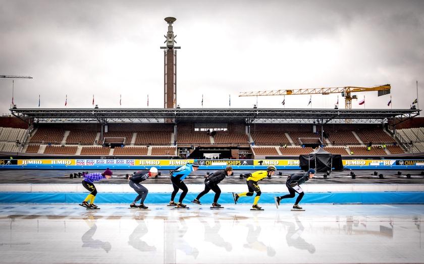 Vanaf links: Paulien van Deutekom, Gianni Romme, Rintje Ritsma, Eric Flaim, Jochem Uytdehaage en Rolf Falk-Larssen donderdag tijdens het evenement Meesters van de Wereld, een eerbetoon aan oud-schaatskampioenen in de aanloop naar het WK allround.  (anp / Remko de Waal)
