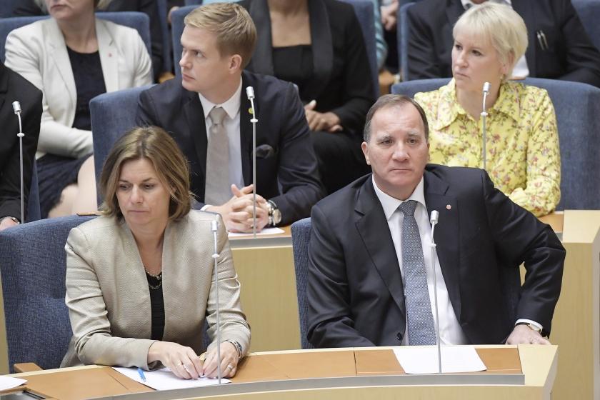De Zweedse premier Stefan Löfven (r.) heeft dinsdag een motie van wantrouwen in de Riksdagen, het Zweedse parlement in Stockholm, niet overleefd. Van de 349 parlementsleden stemden 204 tegen hem.  (ap / Anders Wiklund)
