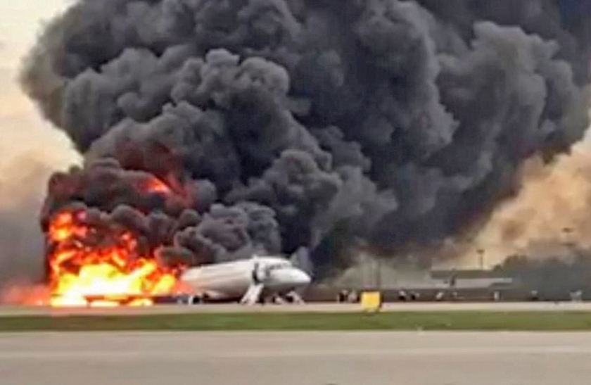 Beeld uit een filmpje dat een getuige op het vliegveld van Moskou maakte van de brandende Soechoj Superjet 100.  (epa)