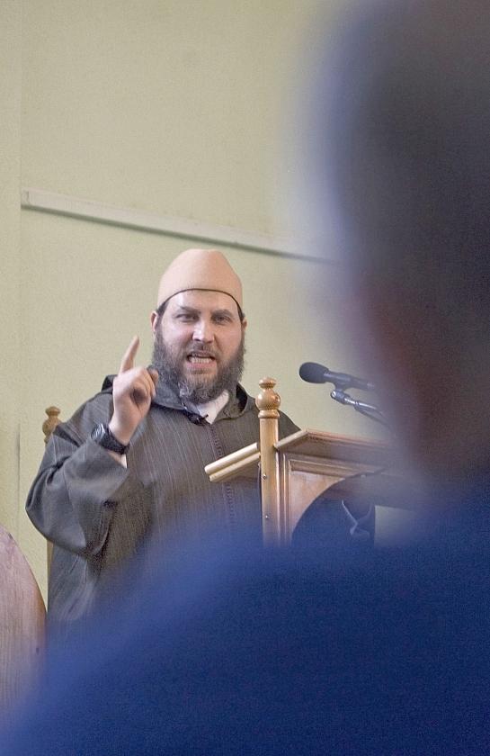Archieffoto van Fawaz Jneid tijdens het middaggebed in de As-Soennah-moskee in Den Haag, waar hij inmiddels is ontslagen.   (anp / Evert-Jan Daniels)