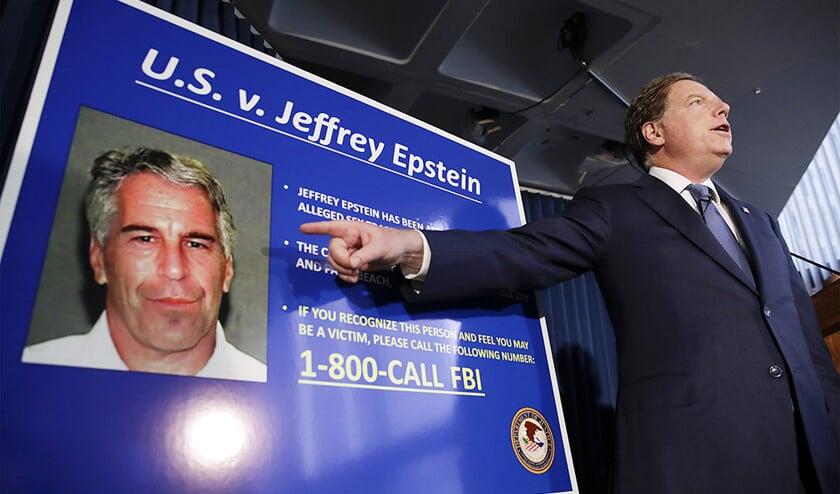 Federaal aanklager Geoffrey Berman spreekt op een persconferentie over de arrestatie van miljardair Jeffrey Epstein, op 8 juli.  (epa / Jason Szenes)