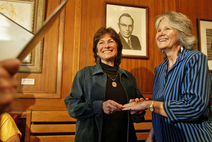 Het Amerikaanse koppel Marcia Kadish en Tanya McCloskey maakten gebruik van het in 2014 door het Hooggerechtshof wettig verklaarde huwelijk tussen mensen van hetzelfde geslacht.  (ap / Dina Rudick)