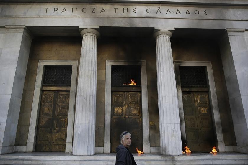 De Bank van Griekenland in Athene werd vorig jaar door demonstranten belaagd.  (ap / Petros Giannakouris)