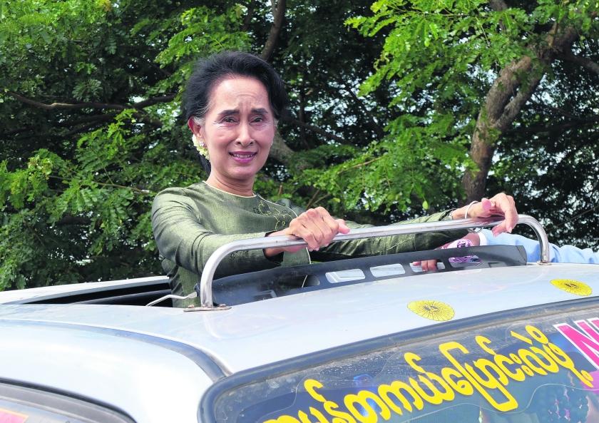 De zeventigjarige leider van de democratische beweging van Birma, Aung San Suu Kyi, maakt zich klaar voor de verkiezingen van 8 november. Haar symbolische waarde is groot, maar gaat ze dat ook waarmaken?  (ap / Khin Maung Win)