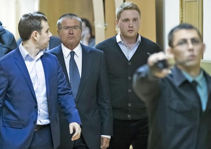 Minister Oeljoekajev (midden) bij zijn arrestatie.  (ap / Pavel Golovkin)