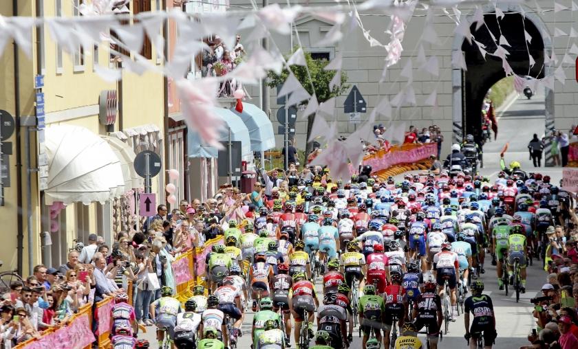 Het peloton van de Giro doorkruist het fraaie Italiaanse landschap met schilderachtige bergdorpjes en oude steden.  (ap / Matteo Bazzi)