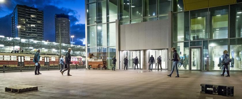 Den Haag, maandagochtend 7.42 uur: in de hoop een dragelijke werkplek te verschalken haasten ambtenaren zich het ministerie in.  (Freek van den Bergh)