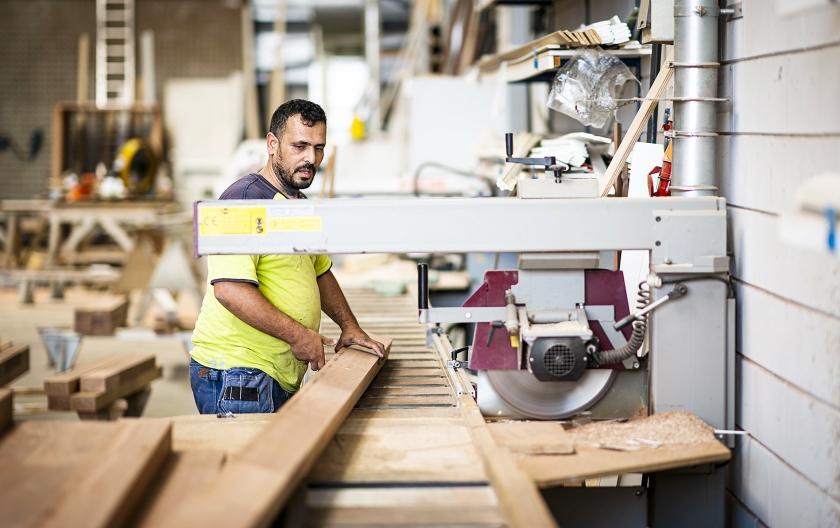 Ahmed aan het werk bij BMN De Klerk in Hardinxveld-Giessendam.  (Freek van den Bergh)