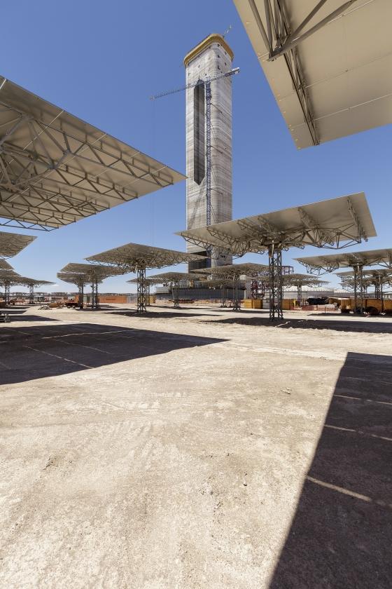 De spiegels rond de zonneconcentrator in de Atacama-woestijn.   (getty / Meridith Kohut)