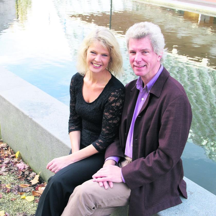Marjon Strijk en Henk Veldman. 'Het was een oude wens van mij om deze liedjes uit mijn jeugd nog eens uit te voeren.'   (Ko Smidt)