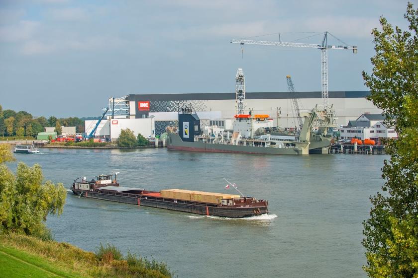 Bij Koninklijke IHC speelt de kwestie van het vervuilde straalgrit in oktober op twee werven: die in Krimpen aan den IJssel en Kinderdijk (foto).  (Cees van der Wal)