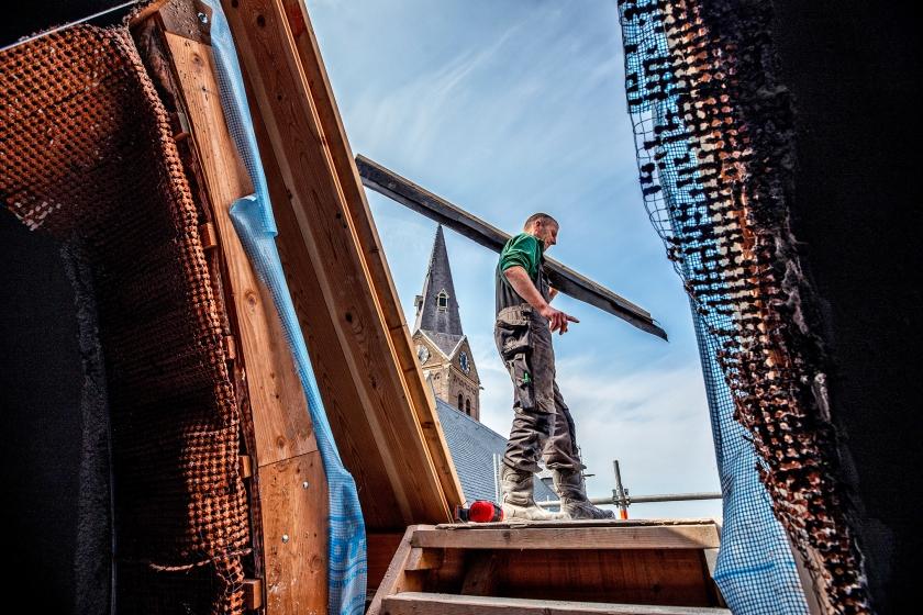 Herstelwerkzaamheden aan de katholieke kerk in Limmen.  (Raymond Rutting)