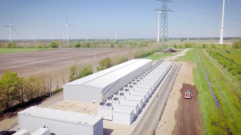 De EnspireME, zoals Eneco en Mitsubishi hun superbatterij in het Duitse Jardelund hebben genoemd, kan meer stroom opslaan dan vijfhonderd grote Tesla's.  (eneco)