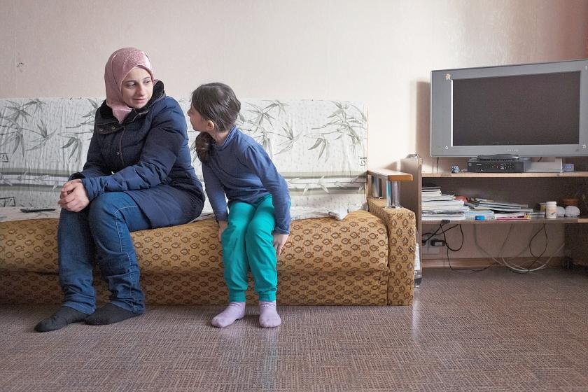 Rua en haar moeder Batoul-Hamida uit Syrië in hun eenkamerappartement in Noginsk. Het is nog niet gelukt een school voor Rua te vinden.  (Arthur Bondar)