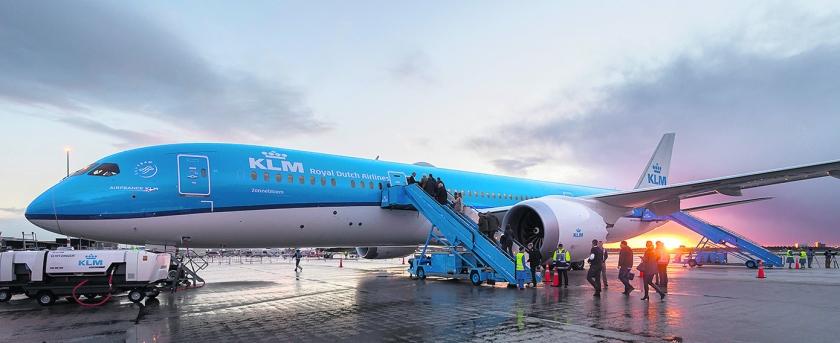 De eerste nieuwe Boeing 787 Dreamliner die KLM afgelopen zondag in gebruik nam. Het moeten er 22 worden.  (anp / Lex van Lieshout)