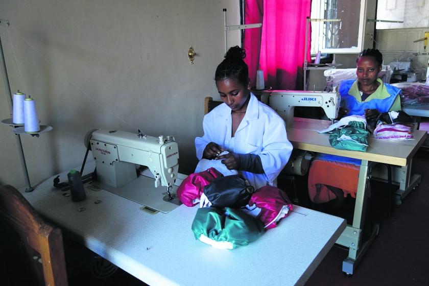 Het naaiatelier van Emebet Tamiru aan de rand van Addis Abeba.  (Wim Bossema)