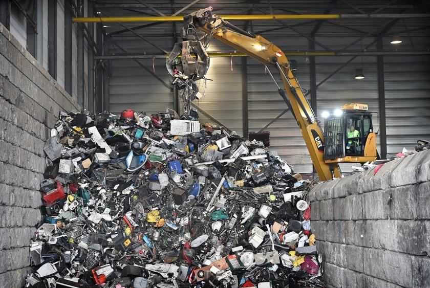 Een afvalberg bij een Eindhovens recyclebedrijf.  (Marcel van den Bergh)
