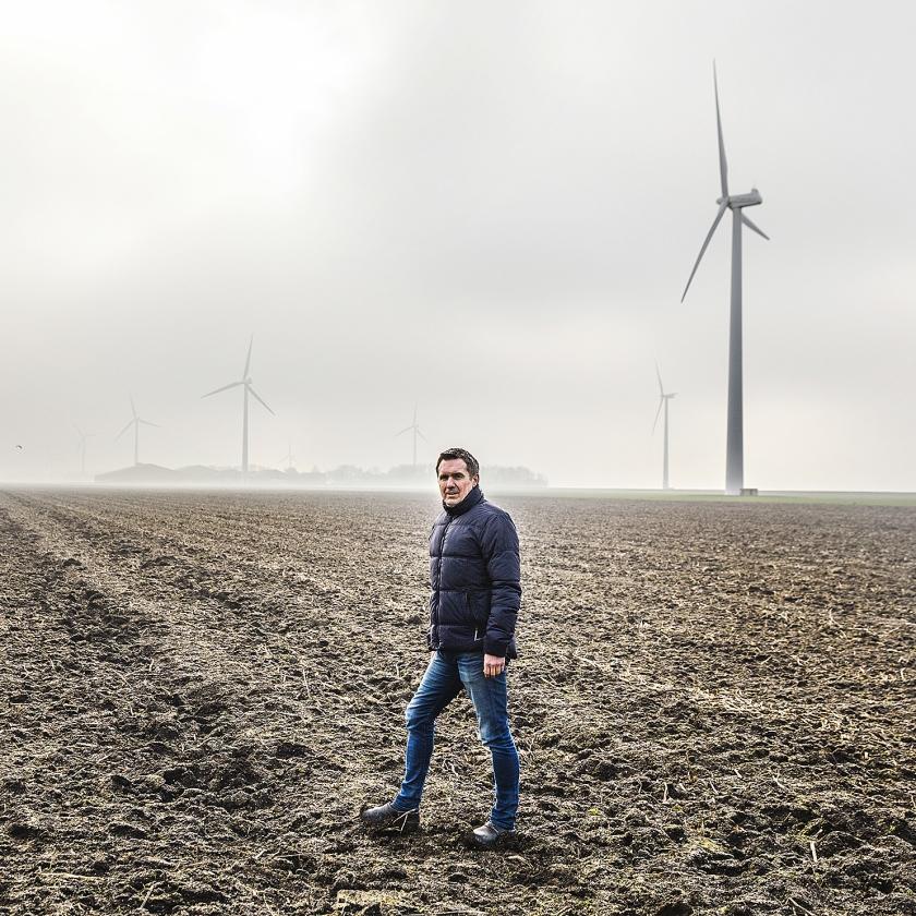 Leo de Jonge op zijn akker in Zeewolde waar hij suikerbieten teelt. 'Maar ik ben er niet afhankelijk van.'  (Aurélie Geurts)