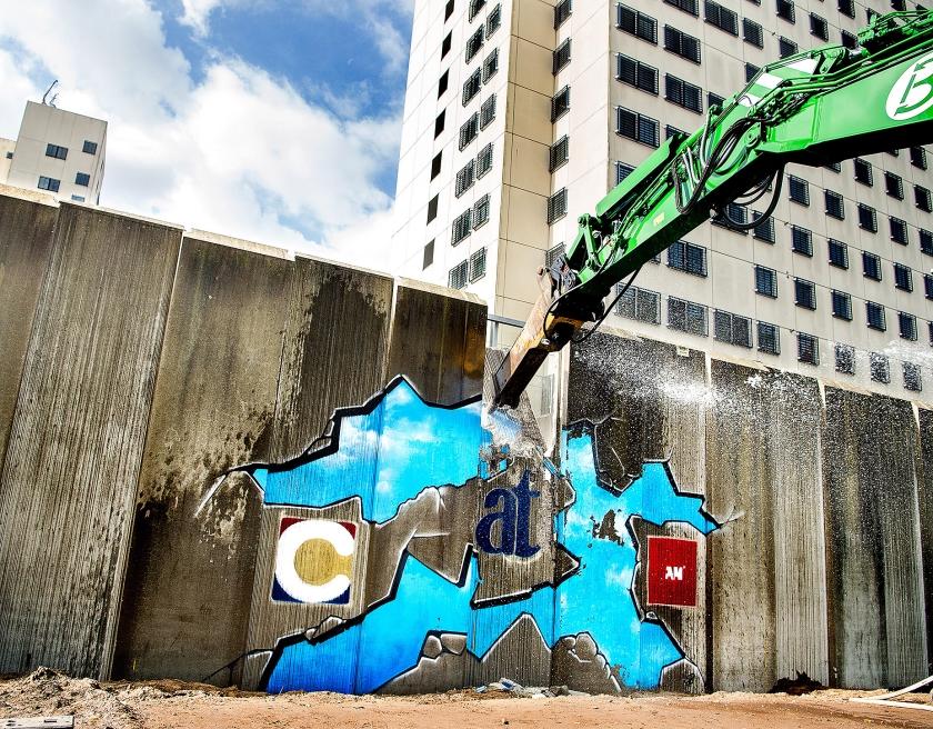 De eerste beuk van een sloopkraan om de muur rondom de Bijlmerbajes te slopen.  (Klaas Jan van der Weij)