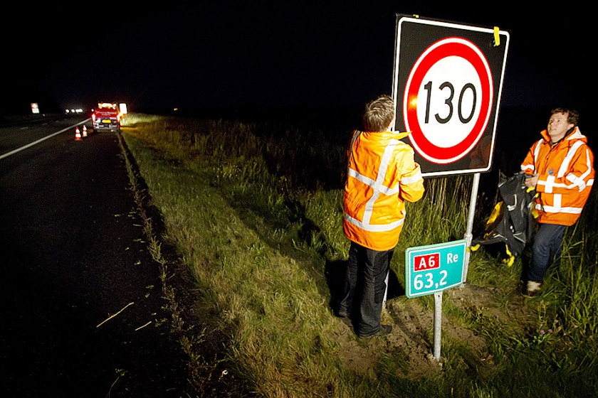 Medewerkers van Rijkswaterstaat plaatsen een nieuw bord op de A6.  (anp / Jeroen Jumelet)