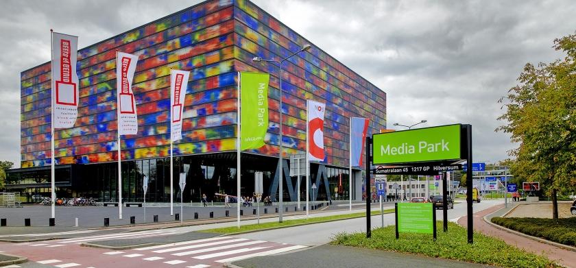 Entree van het Hilversumse Media Park met op de achtergrond het Instituut voor Beeld en Geluid.  (anp / Sander Koning)