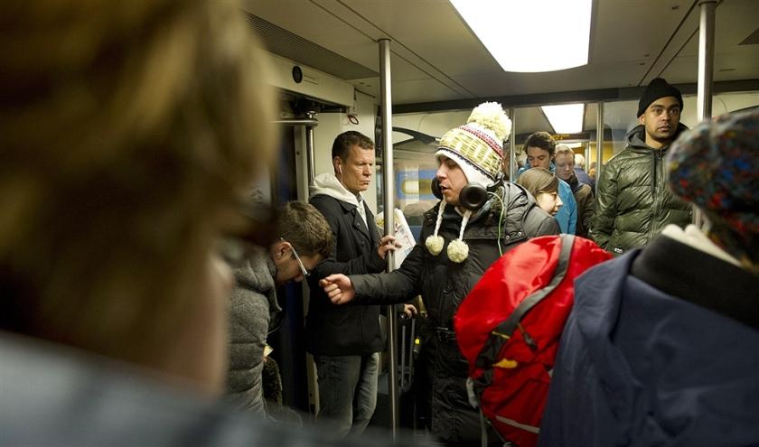 Volgens de NS staan in 30 procent van de treinen reizigers terwijl er nog zitplaatsen zijn. De organisatie zoekt naar methoden om daar iets aan te doen.  (anp / Evert Elzinga)