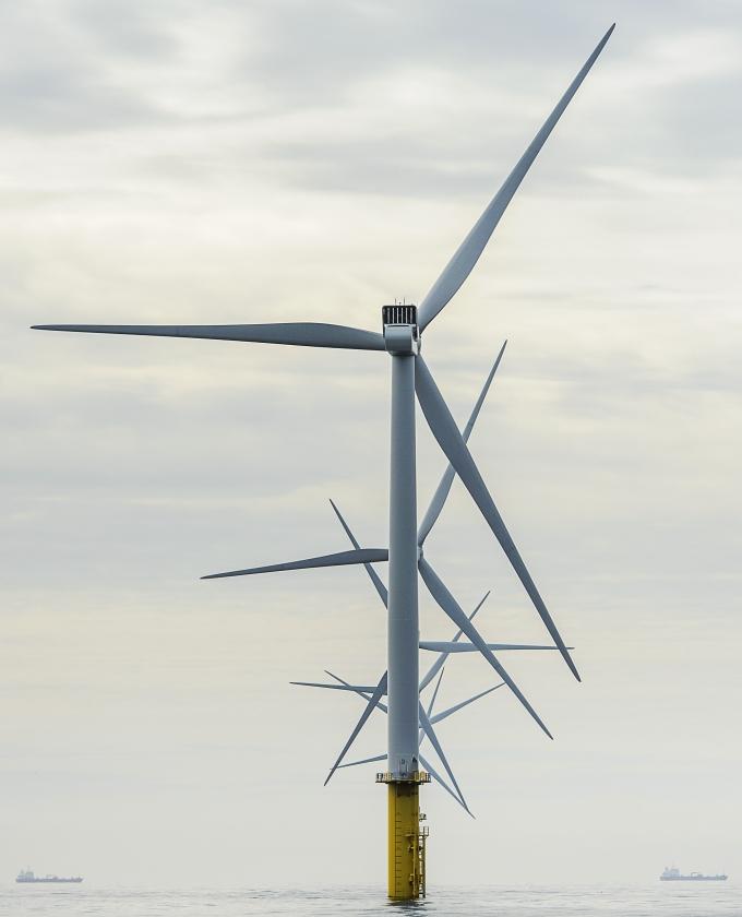 De waardedaling van huizen is groter naarmate de windmolens hoger worden en de diameter van de wieken groter wordt.   (anp / Remko de Waal)