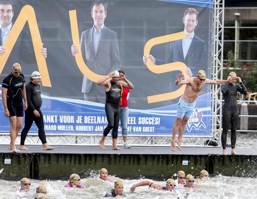 Prominenten, onder wie Beau van Erven Dorens (r.), duiken het water in voor het goede doel. Ze doen mee aan de City Swim, waarmee geld wordt opgehaald voor onderzoek naar de spierziekte ALS.  (anp / Jerry Lampen)