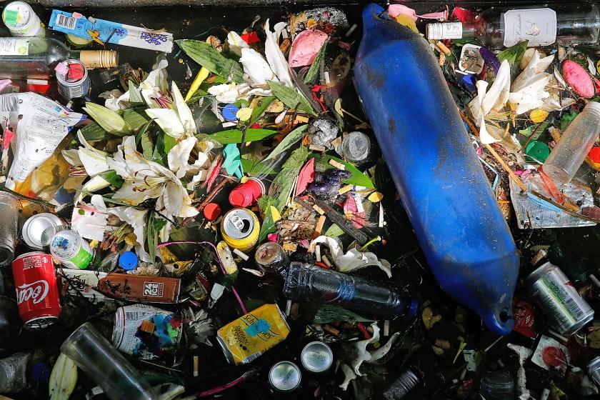 Volgens het Afvalfonds Verpakkingen wordt het overgrote deel van glas, papier en metaal weer gerecycled. Hout en kunststof blijven ver achter.  (anp / Bas Czerwinski)