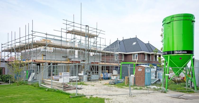 Door de economische groei worden er steeds meer huizen gebouwd. Door de grote vraag worden die nieuwbouwhuizen tegelijk steeds duurder.  (anp / Lex van Lieshout)