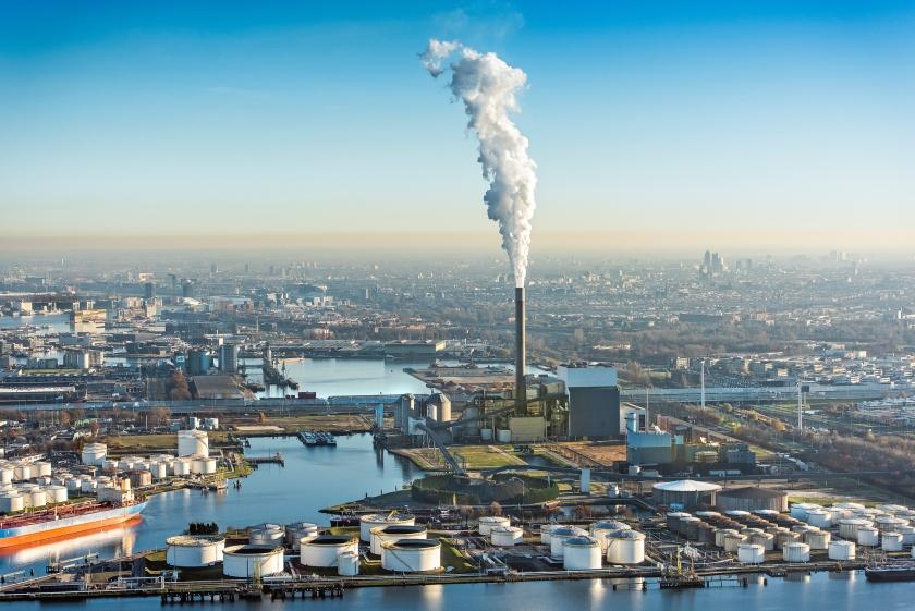 Rokende schoorsteen van de Nuon energie kolencentrale aan de Hemweg in het Westelijk havengebied.  (anp / John Gundlach)