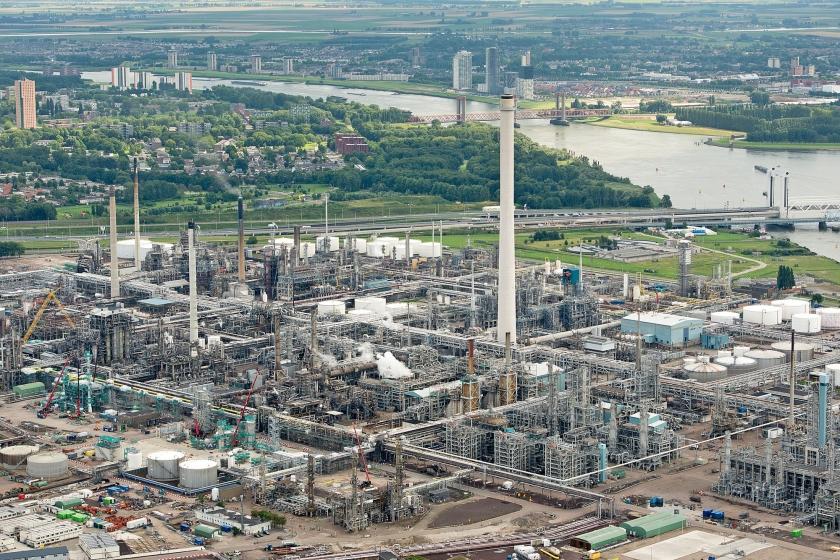 De grootste uitstoters van CO2, zoals Shell en Tata Steel, slaagden er tot nu toe in de rekening van die uitstoot te ontlopen. Of dat zo blijft, moet nog blijken.  (anp / Bram van der Biezen)
