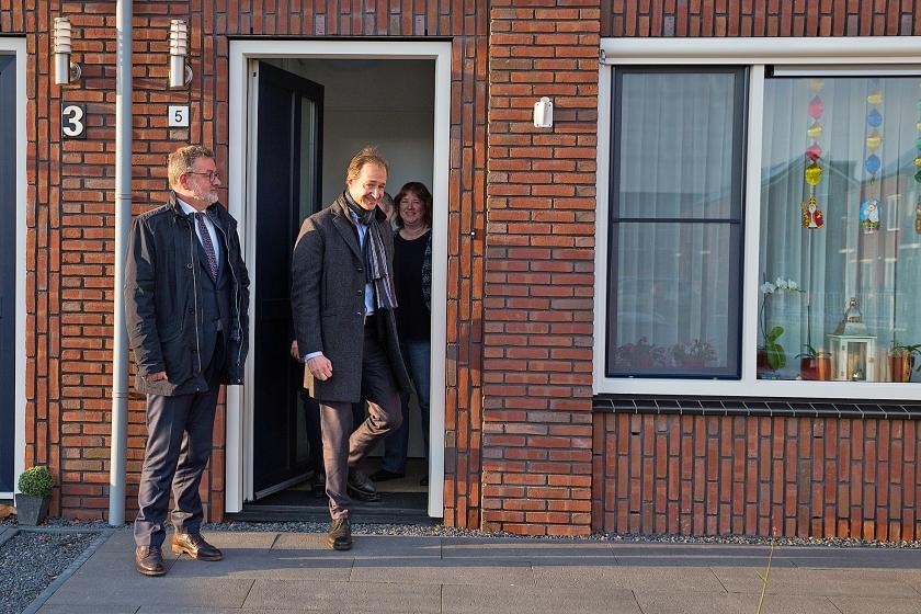 Minister Eric Wiebes (rechts) brengt een bezoek aan het aardbevingsgebied.  (anp / Vincent Jannink)
