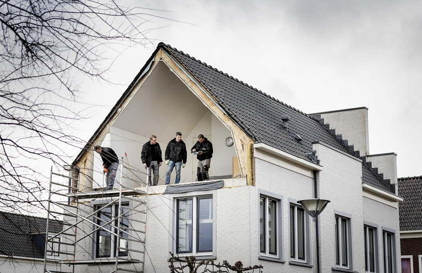 Schade door onvoorspelbaar noodweer jaagt verzekeraars op steeds hogere kosten. Op de foto de zijgevel van een huis in De Meern, weggeblazen tijdens een storm.  (anp /)
