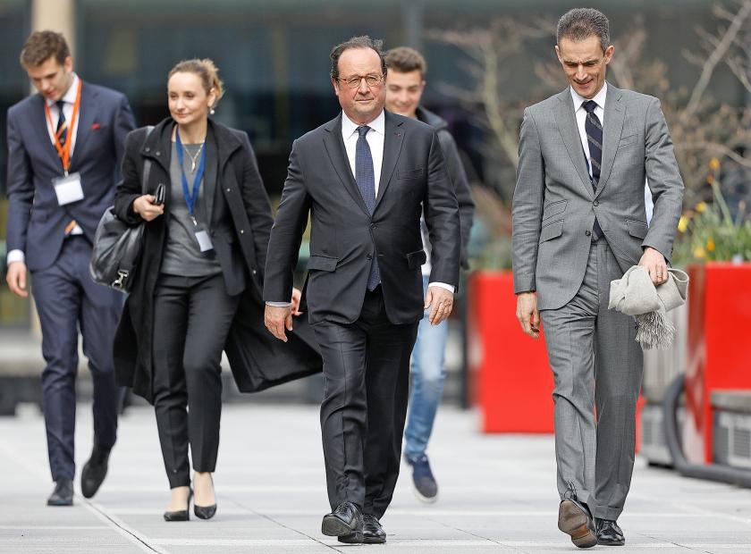 De Franse oud-president Hollande (midden) bezoekt de Erasmus Universiteit, op uitnodiging van een Rotterdamse studievereniging.  (anp / Bas Czerwinski)