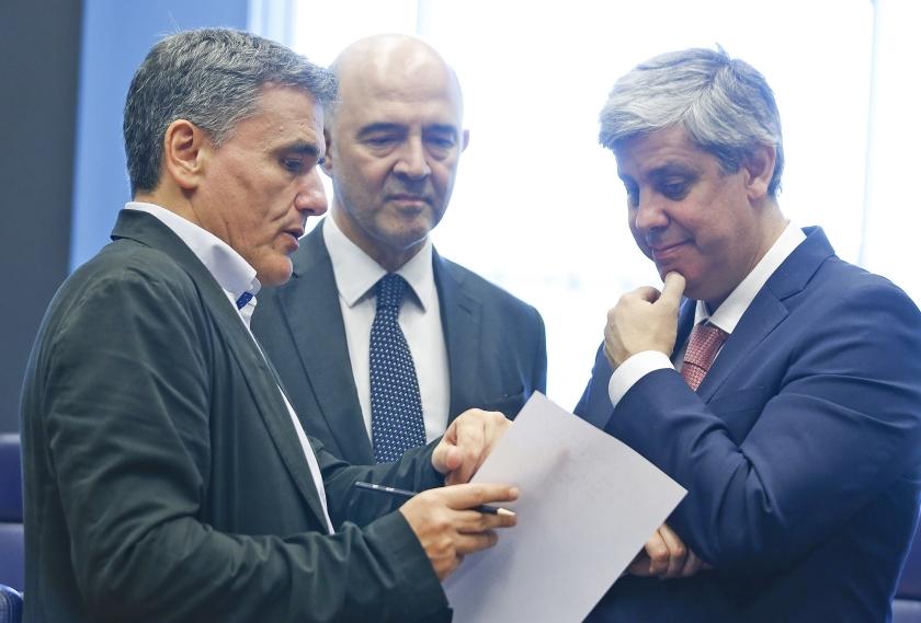 Vanaf links: de Griekse minister van Financiën Tsakalotos, de Eurocommissaris voor Economische en Financiële Zaken, Pierre Moscovici en de voorzitter van de Eurogroep, Mário Centeno, voeren overleg in Luxemburg.  (epa / Julien Warnand)