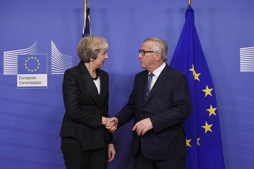 Europese Commissievoorzitter Juncker rujimte woensdagmiddag met premier May aan de thee de laatste obstakels op.  (afp / John Thys)
