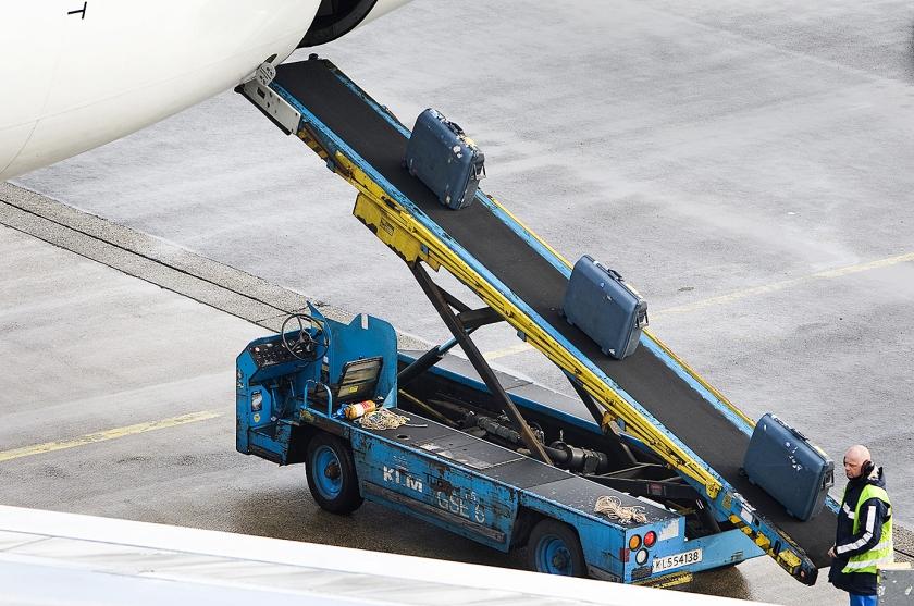 De bagageafhandeling bij de KLM, waarvoor vakantiewerkers worden gezocht.  (anp / Koen Suyk)