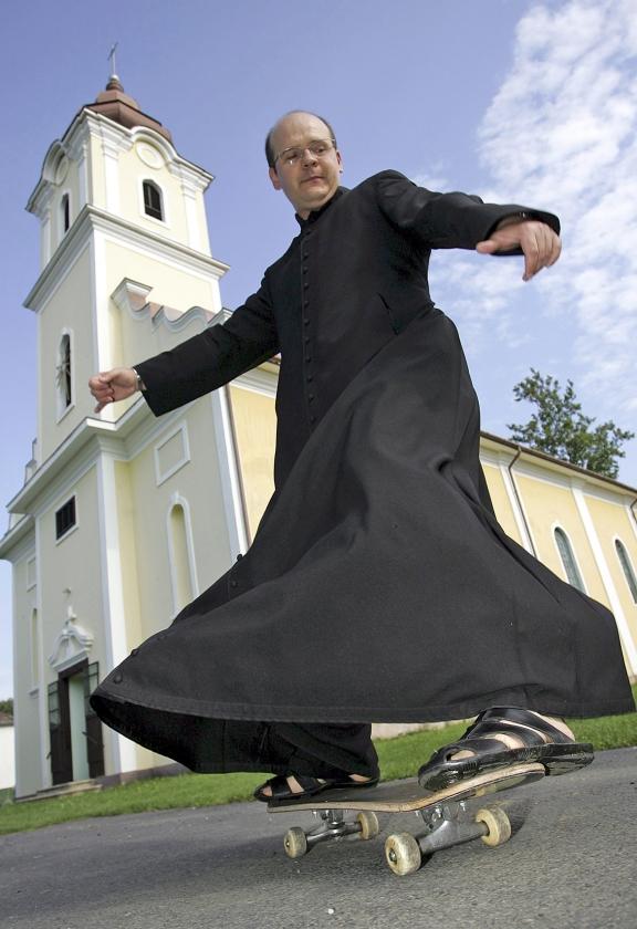 Hoe ben je als kerk een 'mystieke vreemdeling' en tegelijk de intens betrokken tijdgenoot.  (ap / Gyoergy Varga)