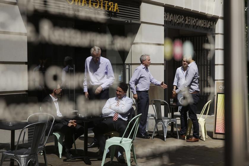 Beleggers in Londen kunnen binnenkort hulp krijgen van psychologen. Die leren hun anders naar de markt kijken.  (ap / Matt Dunham)