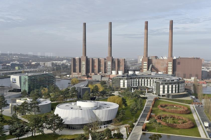 De grootste fabriek van Volkswagen staat in het Duitse Wolfsburg. Hier werken 62.000 mensen. Onder meer de Golf, de Tiguan en de Touran worden er gemaakt.  (ap / Rainer Jensen)