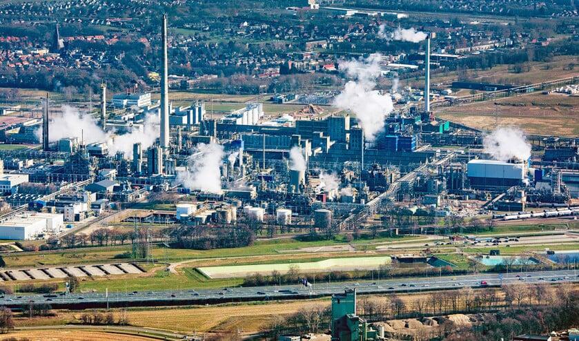 Chemische fabrieken bij het industrieterrein Chemelot in Geleen met daarvoor de snelweg A2.  (Raymond Rutting)