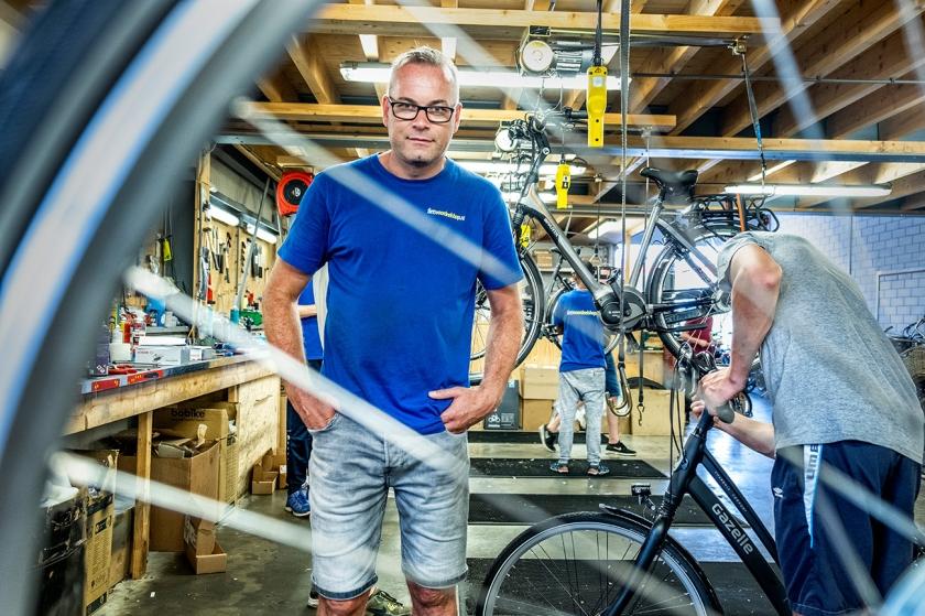 William Klaver is in Alkmaar vanuit de bijstand omgeschoold tot ondernemer en inmiddels zelfstandig fietsenbouwer.  (Raymond Rutting)