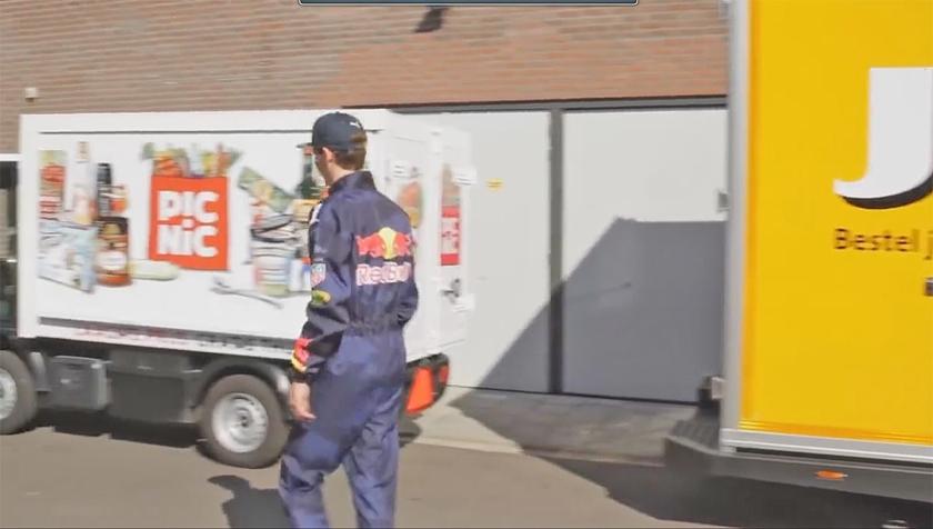 De nep-Verstappen in de parodie op het Jumbo-spotje met de echte coureur.  (vimeo)