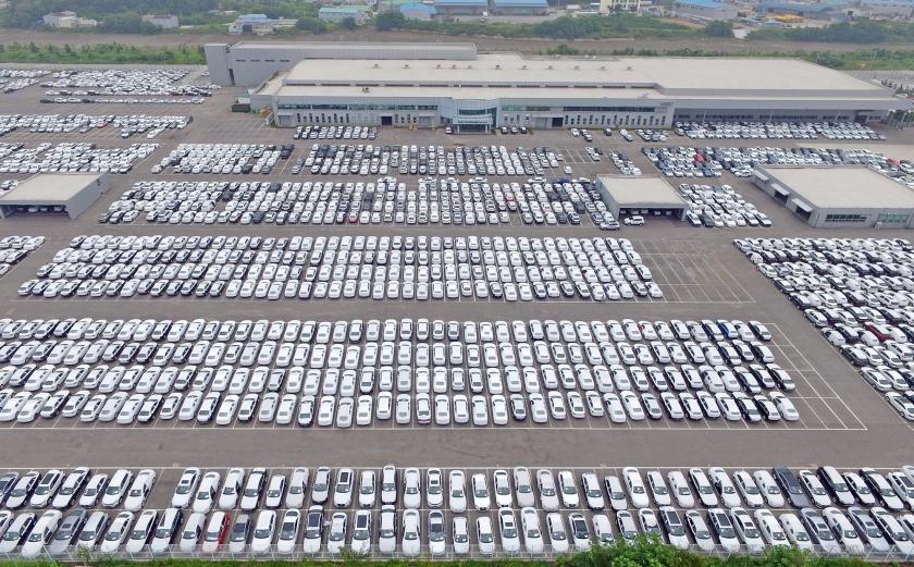Rijen Volkswagens en Audi's staan klaar voor aflevering bij een distributeur in de Zuid-Koreaanse stad Pyeongtaek.  (ap / Choe Jae-koo)