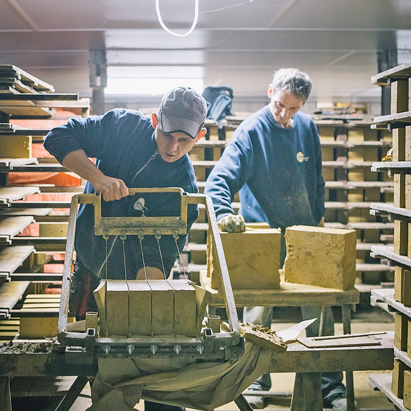 Als er voor een renovatie stenen uit de negentiende eeuw nodig zijn, probeert het bedrijf dat productieproces zo precies mogelijk na te bootsen.  (Marcel Wogram)