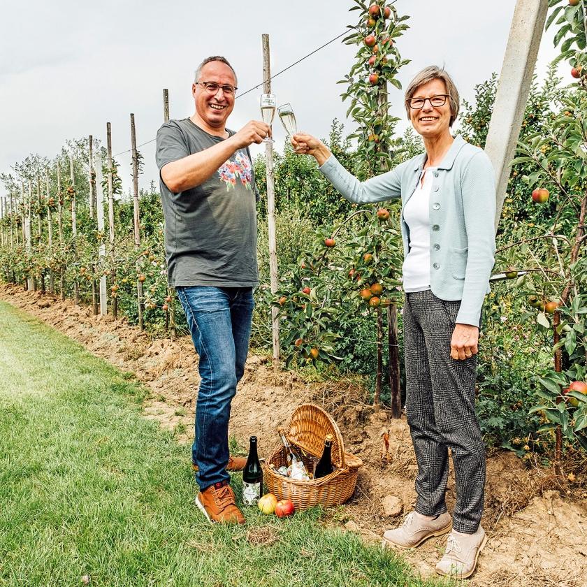 Henri Holster en Hilde Engels met hun bijvriendelijke cider, de Krenkelaar.   (Rebecca Fertinel)